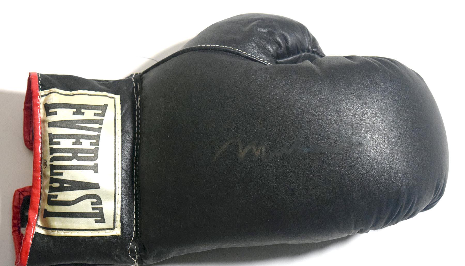 Lot #1025  Signed Glove  Ali, Muhammed Cond: 7